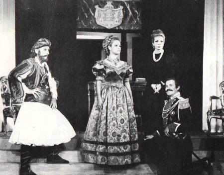 όλος ο θίασος επί σκηνής: Βουγιουκλάκη- Βαίλισσα Αμαλία , Παπαμιχαήλ, Κατράκης, Γαληνέα,